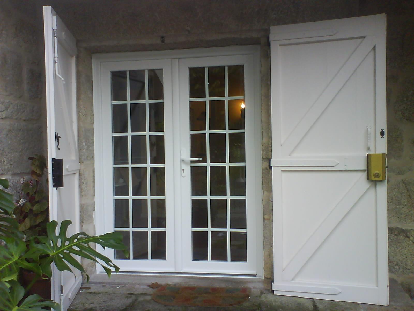 Puerta de entrada acristalada con contras exteriores de madera